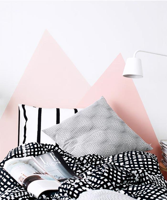 cabecero-pintado-en-la-pared-montanas-triangulos-rosa-ikea